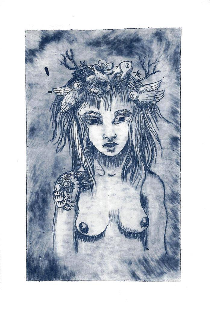 Gravure numérotée, tirage limité à la pointe à tracer monochrome bleu représentant un buste de femme nue, avec un tatouage à l'épaule, des éléments végétaux et floraux et des oiseaux dans les cheveux