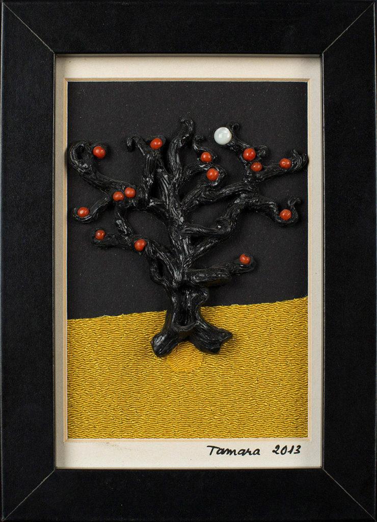 Modelage en polymère, perles de corail et nacre sur fond de tissu japonais ocre, représentant un arbre