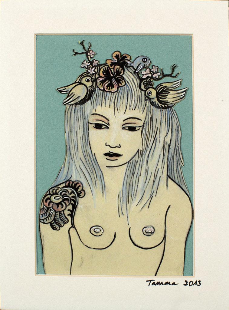 Dessin et collage sur papier coloré représentant un buste de femme nue, tatouage à l'épaule, végétal et oiseaux dans les cheveux, dans les tons de vert et bleu.
