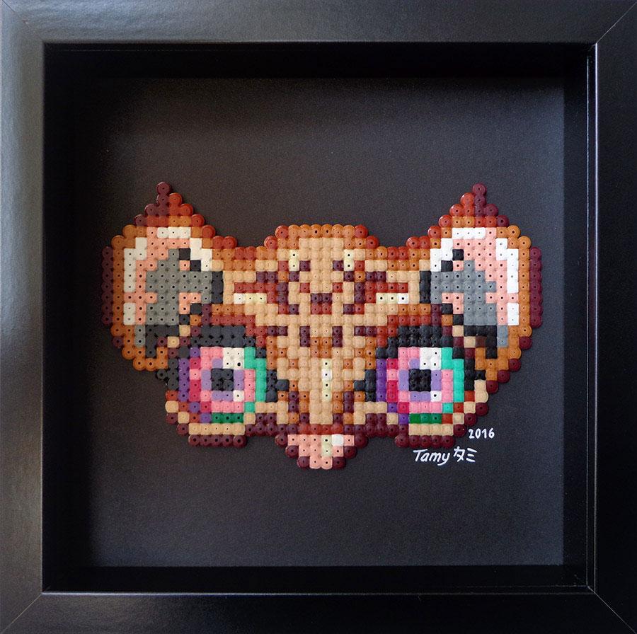 Petit tableau en perles à repasser sur papier noir représentant un masque de félin dans les tons de brun et marron, dans le style du pixel art