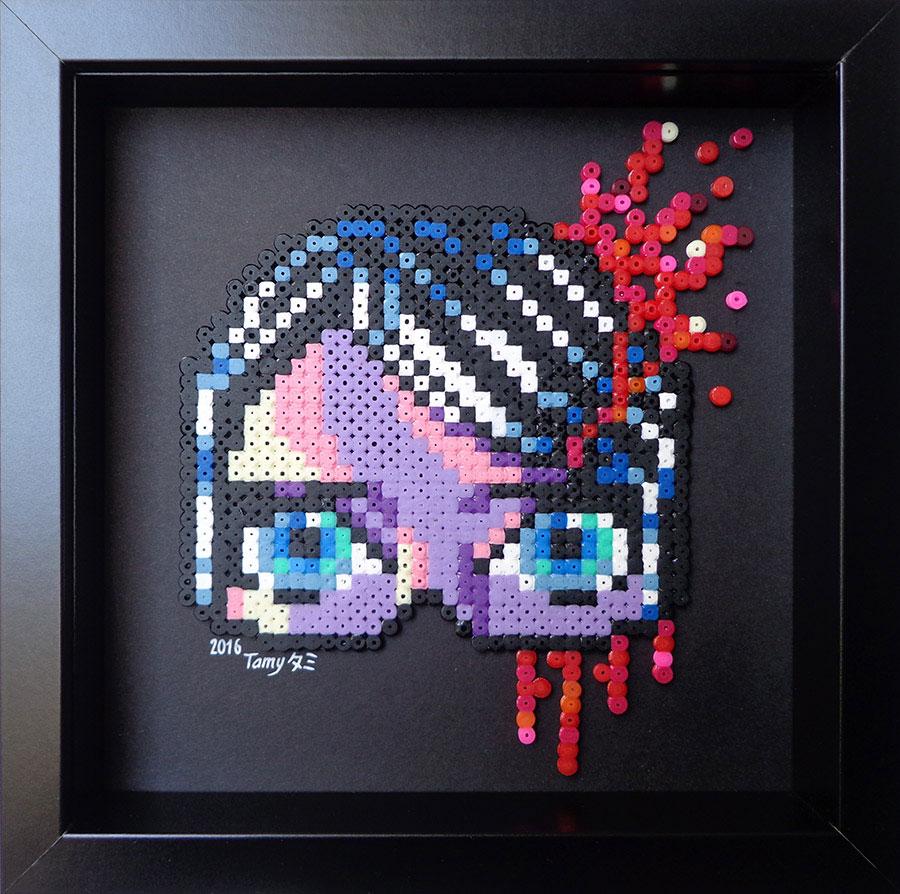 Petit tableau en perles à repasser sur papier noir représentant un masque de femme dans les tons de mauve et rouge, dans le style du pixel art
