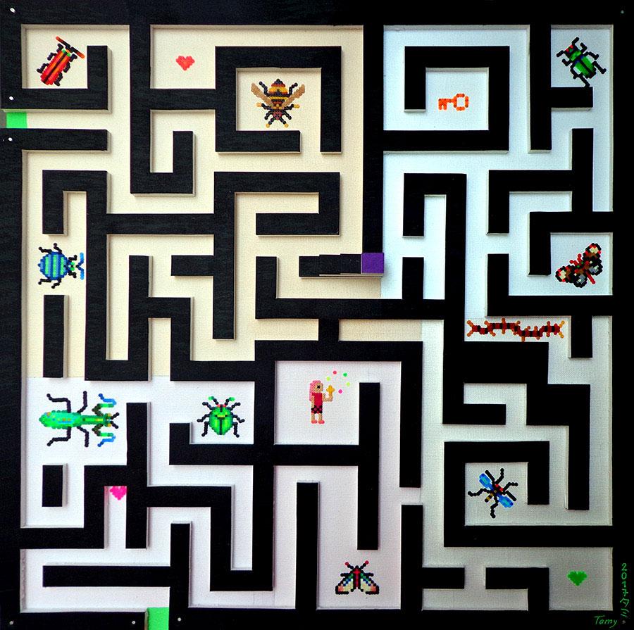 Acrylique sur chassis en pixel art, utilisant la technique des perles à repasser, représentant un labyrinthe avec des insectes et un personnage, en référence aux jeux vidéos rétro.