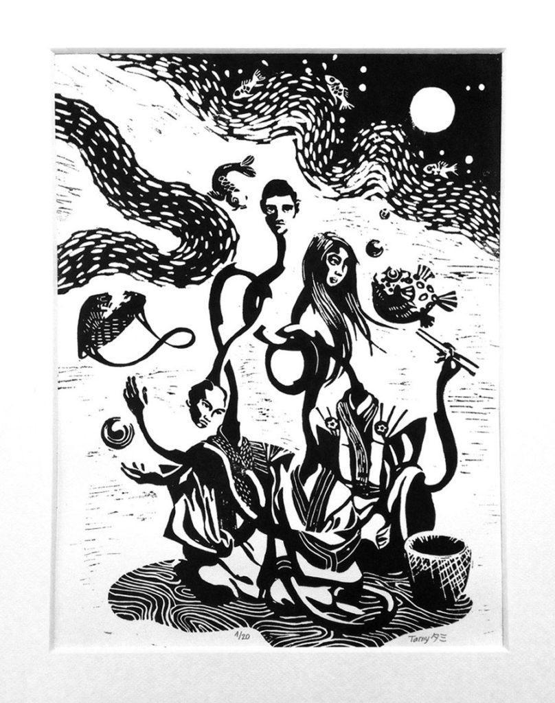 Linogravure monochrome, numérotée, tirage limité représentant une scène fantastique avec trois personnages aux longs cous imbriqués, deux hommes et une femme, en habits traditionnels japonais, entourés de poissons volants sur un fond de pleine lune.